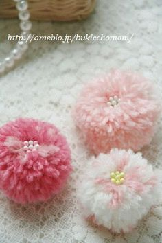 毛糸のポンポンフラワー Craft Cafe(クラフトカフェ) Pom Pom Crafts, Yarn Crafts, Sewing Crafts, Craft Stick Crafts, Diy And Crafts, Arts And Crafts, Pom Pom Animals, Wool Dolls, Pom Pom Rug