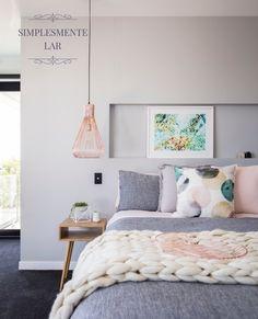 Um quarto feminino e delicado, que combina com maestria as cores do momento: cinza, rosa quartz e cobre. O charme final fica por conta da roupa de cama, com manta de tricô pra lá de moderna. Projeto em Houzz.Gostou? #simplesmentelar #lilianazenaro #lilianazenarointeriores#decor #decoracao #reforma #projetolilianazenaro#interiores #altopadrao #exclusivo #lilianazenarodecoração
