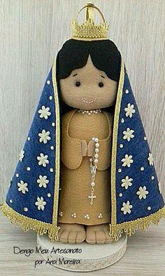 Essa peça mede aproximadamente 28 cm desde o suporte até a coroa.  É confeccionada com feltro toda à mão. Catholic Crafts, Felt Ornaments, Doll Patterns, Doll Clothes, Diy And Crafts, Christmas Crafts, Teddy Bear, Dolls, Sewing
