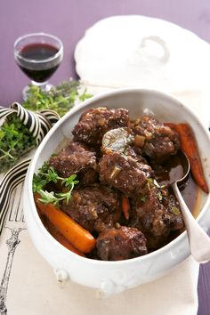 Oxtail in red wine and thyme sauce-the mister can do this one Oxtail Recipes, Meat Recipes, Wine Recipes, Cooking Recipes, Yummy Recipes, Healthy Recipes, Cooking With Red Wine, Curry Stew, Good Food