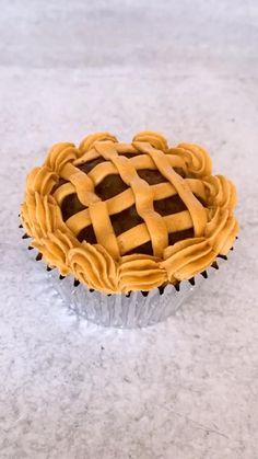Fun Baking Recipes, Fruit Recipes, Cupcake Recipes, Cupcake Cakes, Cupcake Ideas, Cannoli Cupcake, Moist Vanilla Cupcakes, Apple Pie Cupcakes, Cupcakes Fall
