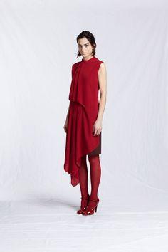 ...не надо подбирать красную помаду тон в тон-будете выглядеть,как с куском платья на губах... обращайте внимание на аксессуары. При красном плaтье не должно быть на вас случайных...