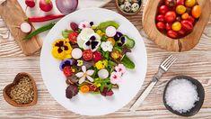 Ažbudete potřebovat nazdobit slavnostní dort nebo třeba salát, klidně použijte květiny, které máte vtruhlíku nebo nazahradě. Možná váspřekvapí, kolik jich můžete klidně sníst.