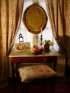 Vignettes on pinterest shabby shabby chic and display - Rideaux toile de jouy ...