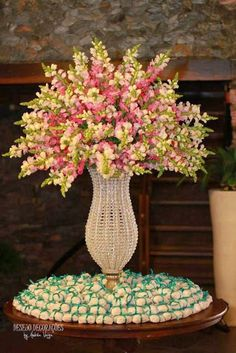 Casar é assim...: Boca de leão Flower Decorations, Wedding Decorations, Floral Wedding, Wedding Flowers, Eiffel Tower Vases, Faux Flower Arrangements, Church Flowers, Rustic Wedding Centerpieces, Table Flowers