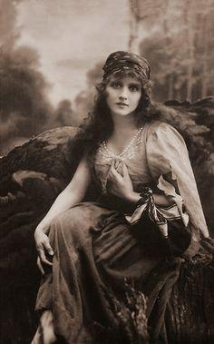 Vintage+Photographs+of+Gypsy+Women++(11).jpg 560×900 pixels