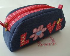 Fabric Purses, Fabric Bags, Diy Crafts Pencil Case, Diy Bags No Sew, Recycle Old Clothes, Denim Crafts, Craft Bags, Patchwork Bags, Denim Bag