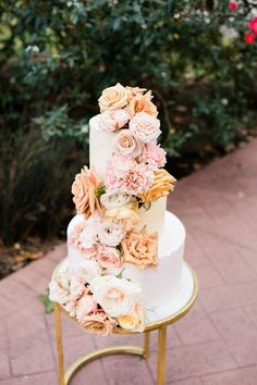 Nothin but love, sweet, love for this spring wedding inspiration in a cozy Texas garden shed. Wedding Cake Fresh Flowers, Peach Flowers, Wedding Colors, Kreative Desserts, Metallic Wedding Cakes, Cake Factory, Butterfly Cakes, Spring Wedding Inspiration, Plan My Wedding
