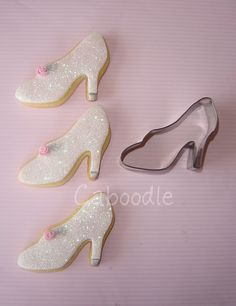 Too cute Cinderella cookies – Party Decorations Cinderella Theme, Cinderella Slipper, Cinderella Birthday, Princess Birthday, Girl Birthday, Cinderella Wedding, Cinderella Party Food, Cinderella Party Decorations, Cinderella Cupcakes