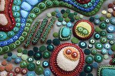 Все творения австралийской мастерицы Kerrin Quall невероятно жизнерадостны — чувствуется, что они создавались с огромным удовольствием и трепетным отношением к каждой детали. В 2006 году Керрин впервые ощутила пылкое желание создать маленькое творение из фетра, блесток, бисера и прочих чудесных мелочей. Хобби развивалось, коллекция позитивных работ Керрин росла, и вскоре ее произведения завоевали симпатию широкой публики.
