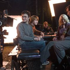 """22 Awesome Behind-The-Scenes """"Harry Potter"""" Photos You've Probably Never Seen Before Cute Harry Potter, Harry Potter Films, Harry Potter Pictures, Harry Potter Aesthetic, Harry Potter Quotes, Harry Potter World, My Future Job, Michael Gambon, Ralph Fiennes"""