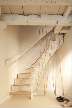 Lov the tones of white and beige and the idea of the ropes. Perhaps a bit dangerous for kids through.
