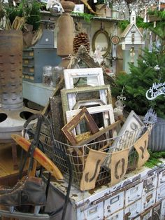 Display at the Old Fashioned Christmas Show at Monticello. Antique Booth Displays, Antique Mall Booth, Antique Booth Ideas, Vintage Display, Vintage Store Displays, Flea Market Displays, Flea Market Booth, Flea Markets, Vendor Displays