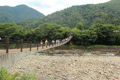 Puente colgante de madera en Shirakawago.