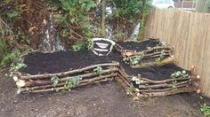 Raid bed made from recycled logs with fairy garden in pot Raid bed made from recycled logs with fair Unique Gardens, Amazing Gardens, Farm Gardens, Outdoor Gardens, Bamboo Planter, Home Vegetable Garden, Garden Boxes, Garden Structures, Garden Bridge