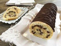 Il rotolo con ricotta e gocce di cioccolato è un dolce di pasta biscotto farcito con delicata crema alla ricotta. Da guarnire a piacere.