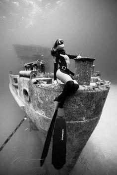 Моря, океаны, озера и реки хранят еще много тайн и сокровищ. Предлагаю вам подборку затонувшей техники и прочего имущества, доставшегося рыбам.