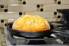 Karen's Kitchen Stories: How To Transfer Bread Dough to a Hot Cast Iron Dutch Oven - Bread 101 Cast Iron Skillet Cooking, Iron Skillet Recipes, Cast Iron Recipes, Skillet Bread, Skillet Meals, Dutch Oven Bread, Dutch Oven Cooking, Cast Iron Dutch Oven, Cast Iron Bread