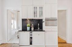 Visst är det härligt att inspireras av & drömma om pampiga, stora, vackra sekelskiftesvåningar som det har varit mycket av under denna blogg-kategori på sista tiden. Kommande vecka tänkte jag dock försöka bjuda på lite compact living, det vill säga inspirerande lägenheter med lite mindre boarea & jag börjar redan ikväll med denna lilla pärla... Blogg, Compact Living, Tiny House, Villa, Kitchen Cabinets, Interior Ideas, Inspiration, Design, Home Decor