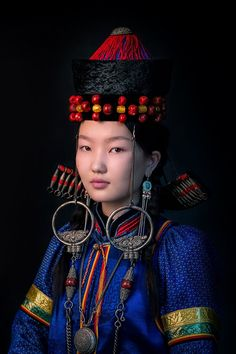 A portrait of a young Buryat woman by Alexander Khimushin, who is in Mongolia now. Never published before. The World in Faces photo project by Alexander Khimushin. Diversity of traditional cultures of the world through the portraits of Indigenous People Pretty People, Beautiful People, Beautiful Women, Costume Ethnique, New York Galleries, Beauty Around The World, Face Photo, People Of The World, Ethnic Fashion