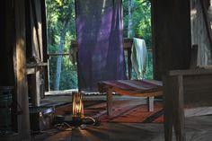 Objetos reciclados, alfombras traidas de Bolivia, lamparas echas en Fortaleza, Brasil, reposeras de Carlos , carpintero de la zona, y telas de la india, una mezcla de recuerdos de distintos lugares.
