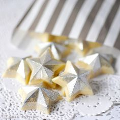 Silver glittered chocolate stars recipe by Torie Jayne Chocolate Stars, Chocolate Flowers, Christmas Chocolate, White Chocolate, Christmas Goodies, Christmas Baking, Christmas Time, Christmas Ideas, Gluten Free Christmas Recipes