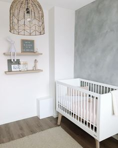 Nursery in soft colours Related posts: Kinderzimmer Junge - Wandtattoo Heißluftballons mit Wolken als Idee zur individuellen Wa. I love the symmetry of the room 😍.