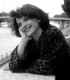 Es curioso que una sonrisa pueda tener dos significados tan opuestos: puede mostrar lo bien que estás o puede ocultar lo mal que te sientes. //////////////////////  Actress Juliette Binoche by Robert Doisneau, Paris, 1991.