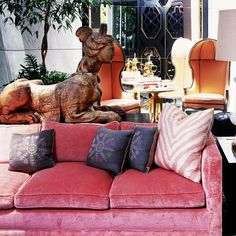 Kelly Wearstler is one of the most iconic interior designers. That's why we came up with 10 Fabulous Living Room Ideas designed by Kelly Wearstler. Pink Velvet Sofa, Pink Couch, Best Interior Design Websites, Top Interior Designers, Kelly Wearstler, Canapé Design, House Design, Patio Design, Rosa Sofa