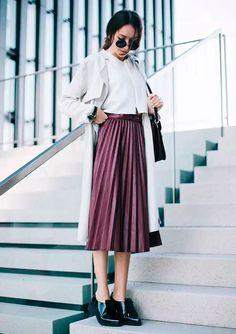 Street style look com saia plissada burgundy e sapato preto boyish