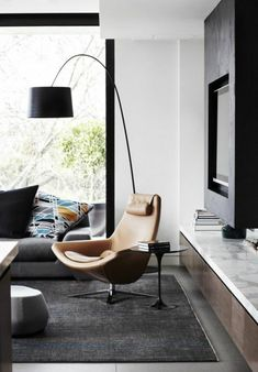 la lampadaire alinea pour le salon moderne avec un fauteuil en cuir marron clair