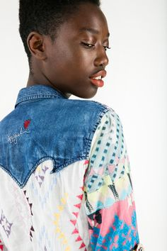These harem jeans with a huge lovely flower embroided are the perfect match for this patchwork shirt. It contains paisley and geometric prints full of colors and the surprising twist is given by the denim details. Be denim, my friend.