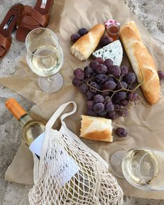 Picnic on the Beach Picnic Date, Summer Picnic, Picnic On The Beach, Beach Picnic Foods, Summer Bucket, Good Food, Yummy Food, Think Food, Aesthetic Food