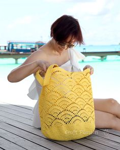 Get free beach tote crochet pattern in beautiful giant shell stitch design. Crochet with exotic straw raffia yarn, perfect for summer & beach activity. Crochet Beach Bags, Crochet Market Bag, Crochet Tote, Crochet Handbags, Crochet Purses, Crochet Crafts, Free Crochet, Knit Crochet, Crochet Motifs