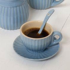 Tazzina da caffè espresso azzurra con interno color crema. http://www.artemisiashop.it/shop/vetro-e-ceramica/tazze-e-piatti/
