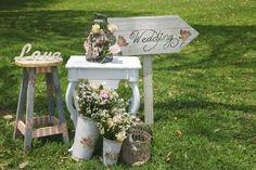 The way to the big party / El camino hacia la gran celebración #Barceloweddings #Weddings #Sign #Cartel #Flowers #Flores #Bodas