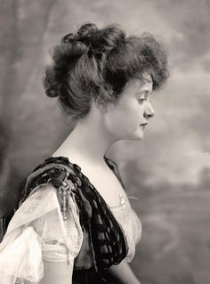 Recognize this woman? Her name is Billie Burke, and she was 'Glenda the Good Witch' from 'The Wizard of Oz'. Vintage Pictures, Old Pictures, Auburn, Billy Burke, Glinda The Good Witch, Flapper, Before Us, Women In History, Art History
