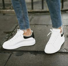 A Sneakers Guide. Sneakers happen to be a part of the world of fashion more than you may realise. Today's fashion sneakers have little resemblance to their early forerunners but their popularity continues to be undiminished. Sneakers Mode, New Sneakers, White Sneakers, Sneakers Fashion, Fashion Shoes, Mens Fashion, Style Fashion, Summer Sneakers, Sneaker Outfits