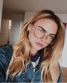If you spend more than 2 hours a day looking at screens, you should try blue light blocking glasses and exeperience the benefits! People With Glasses, Girls With Glasses, Girl Glasses, Toms Shoes Fashion, Blonde With Glasses, Pretty Blonde Girls, Pretty Girls, Summer Mckeen, Glasses Trends