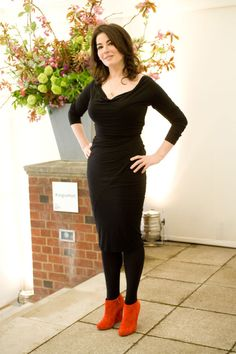 Nigella Lawson is a fan of hobble skirts ! Hobble Skirt, Nigella Lawson, Curvy Outfits, Curvy Clothes, Girl Inspiration, Perfect Woman, Lingerie Models, Orange, Looking Stunning