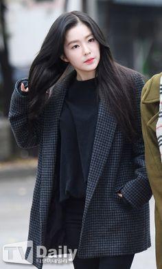 Sự kiện hiếm tụ họp dàn nữ thần, nam thần Kpop đẹp như bước ra từ truyện tranh - Ảnh 2. Red Velvet Irene, Stage Outfits, Kpop Fashion, Girl Crushes, Ulzzang, Female, Coat, Redvelvet Kpop, Beauty