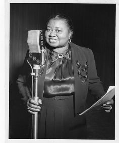 Remembering Hattie McDaniel on her birthday (June 1893 – October Not only was she the best thing in Gone With The Wind, but she was the first African-American to win an Oscar. She is seen above recording her radio show Beulah in Old Hollywood Stars, Vintage Hollywood, Classic Hollywood, Hollywood Cinema, Hollywood Icons, Radios, Divas, Hattie Mcdaniel, Marcus Black