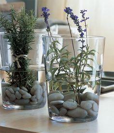 Flores y plantas son, sin duda, el mejor recurso para poner un toque de frescura y naturalidad en casa. Olvídate de las composiciones muy elaboradas y aprende a realizar arreglos tan bonitos y...