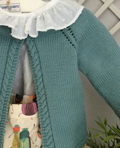 How combinable is this pants. Baby Cardigan Knitting Pattern, Baby Knitting Patterns, Knitting For Kids, Free Knitting, Cardigan Bebe, Pull Bebe, Knit Baby Sweaters, Kind Mode, Pulls