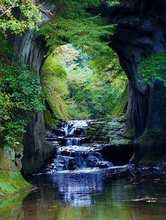 写真共有SNS・インスタグラム(Instagram)に投稿された一枚の写真が、あまりにも美しいと大反響を呼んでいる。洞窟には優しい光が差し込んでいて、水がキラキラと輝き、 …