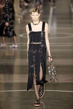 """O vestido aparece com recortes assimétricos, tipo """"acabou o tecido"""", e revela por baixo a referência à lingerie ou um plissado metalizado."""
