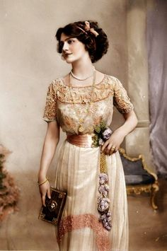 Lily Elsie in color! Lily Elsie was born, and lived most of her life in, England. She was wildly popular as a stage actress Lily Elsie, Edwardian Clothing, Edwardian Fashion, Historical Clothing, Vintage Fashion, Edwardian Dress, Edwardian Style, 1900s Fashion, European Fashion