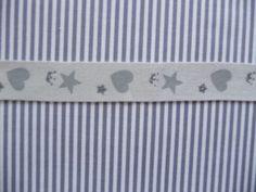Einfaches aber schönes Band.  Das Band ist aus reiner Baumwolle.  Das Band ist 1,5 cm breit.   Auf das Band wurden Herzen, Sterne und Kronen gedruckt.   Das Herz ist 1 cm hoch und 1 cm breit.   Die kleinen Sterne und Kronen sind aus grauem Glitzer.  Der Preis versteht per Meter.  Bei einem Einkauf mehrerer Artikel werden die Versandkosten angepasst.  Es sind 8 m vorhanden.