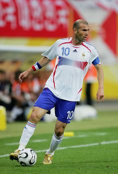 LEIPZIG, GERMANY - JUNE Zinedine Zidane of France in action during the FIFA World Cup Germany 2006 Group G match between France and Korea Republic played at the Zentralstadion on June 2006 in Leipzig, Germany. (Photo by Alex Livesey/Getty Images) Best Football Players, Football Boys, World Football, Soccer Players, Kenza Farah, Ronaldo Free Kick, Real Madrid Coach, Zinedine Zidane, Fc Chelsea