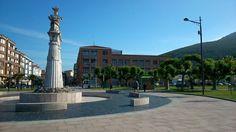 El Monumento de Juan de la Cosa recibe a su llegada a los peregrinos que vienen en barco